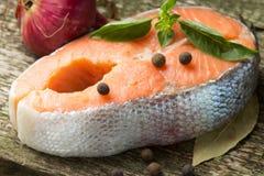 Salmon Steak på gammalt Wood bräde Arkivbilder