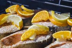 Salmon Steaks Cooking en el Bbq Imágenes de archivo libres de regalías