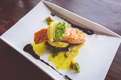 Salmon Steaks grillé avec la chaux et les épinards cuits au four Images libres de droits