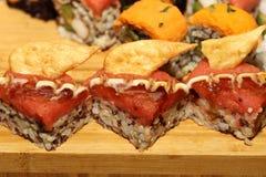 Salmon Sushi Fusion Rolls sul vassoio di legno fotografia stock libera da diritti