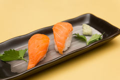 SALMON SUSHI, JAPANESE FOOD Royalty Free Stock Images
