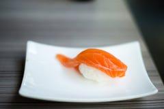 Salmon Sushi : Nourriture japonaise Images libres de droits