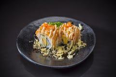 Salmon Sushi Roll avec le Tempura et la sauce images stock