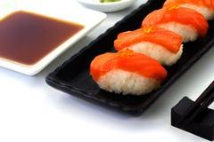 Salmon Sushi sulla banda nera Immagine Stock