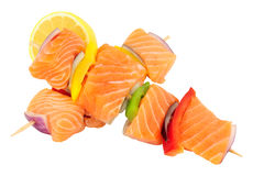 Salmon And Sweet Pepper Kebabs crudo Imagen de archivo