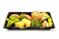 Salmon tamago суш и Калифорнии Maki и Tamoko заполняет с едой традиции гороха голубя и пряного салата морской водоросли японской  Стоковые Фотографии RF