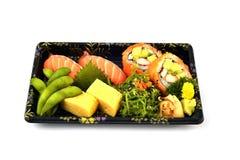 Salmon tamago суш и Калифорнии Maki и Tamoko заполняет с едой традиции гороха голубя и пряного салата морской водоросли японской  Стоковая Фотография RF