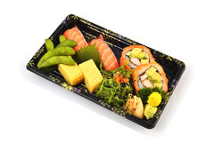Salmon tamago суш и Калифорнии Maki и Tamoko заполняет с едой традиции гороха голубя и пряного салата морской водоросли японской  Стоковое Изображение