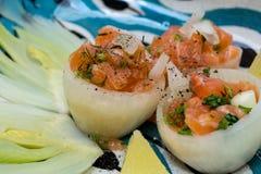 Salmon Tartar в чашках Oignon с овощами сезона Стоковое Изображение RF