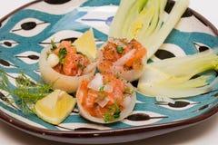 Salmon Tartar в чашках Oignon с овощами сезона Стоковые Фото