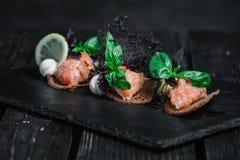 Salmon tartare с здравицами хлеба рож Стоковые Фото