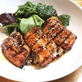 Salmon Teriyaki над рисом с зеленым салатом стоковое изображение rf