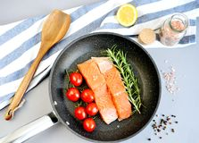 Salmon Trout Fillet en Pan Cooking Raw Fish Imagenes de archivo