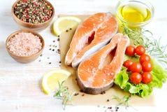 Salmon Trout Fish Cooking Raw-van de de Tomatensalade van Olive Oil Rosemary Lemon Green van de Filetpeper Zoute Houten de Lijstl royalty-vrije stock afbeelding