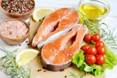 Salmon Trout Fish Cooking Raw-van de de Tomatensalade van Olive Oil Rosemary Lemon Green van de Filetpeper Zoute Houten de Lijstl royalty-vrije stock foto