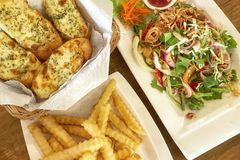 Salmon Wasabi Salad, pão do queijo do alho e batatas fritas Alimento fotografia de stock royalty free