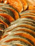 Salmone affettato e fresco su esposizione Fotografia Stock