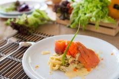 Salmone affumicato & Ebiko della pasta con salsa bianco panna Fotografia Stock