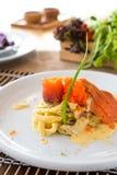 Salmone affumicato & Ebiko della pasta con salsa bianco panna Immagine Stock Libera da Diritti