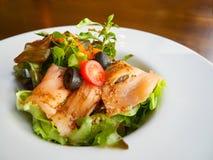 Salmone affumicato saporito ed insalata di verdi fresca Immagini Stock