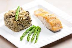 Salmone al forno con il risotto del fungo Immagine Stock Libera da Diritti
