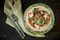 Salmone al forno con le erbe Insalata verde della verdura e del grano saraceno fotografie stock