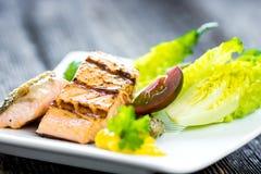 Salmone al forno croccante con la verdura deliziosa Immagine Stock