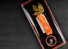 Salmone al forno del raccordo con riso ed il physalis su fondo di legno Piatto di pesci caldo Vista superiore immagini stock libere da diritti