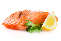 Salmone arrostito con il limone su bianco fotografie stock