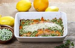 Salmone arrostito con la salsa dell'aneto ed i piselli. fotografie stock libere da diritti