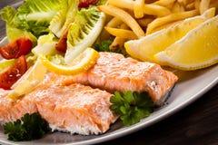 Salmone arrostito con le patate fritte Fotografie Stock Libere da Diritti