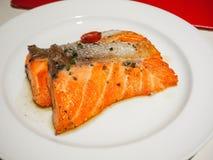 Salmone arrostito su un piatto bianco Immagini Stock