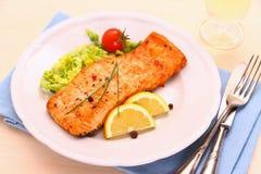 Salmone arrostito, verdure e vino immagine stock