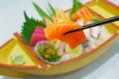 Salmone in bastoncini con l'insieme giapponese del sashimi Fotografie Stock