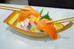 Salmone in bastoncini con l'insieme giapponese del sashimi Immagine Stock