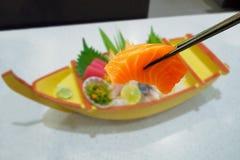 Salmone in bastoncini con l'insieme giapponese del sashimi Fotografie Stock Libere da Diritti