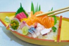 Salmone in bastoncini con l'insieme giapponese del sashimi Immagine Stock Libera da Diritti