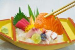 Salmone in bastoncini con l'insieme giapponese del sashimi Fotografia Stock