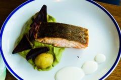 Salmone, broccoli, barbabietola e patate fotografie stock