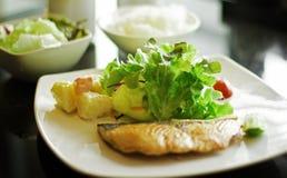 Salmone con insalata Immagini Stock