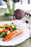 Salmone con insalata di verdure Immagini Stock Libere da Diritti