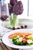 Salmone con insalata di verdure e vino rosso Fotografia Stock Libera da Diritti