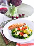 Salmone con insalata di verdure e vino rosso Fotografie Stock Libere da Diritti