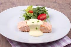 Salmone con la salsa e l'insalata dell'Olanda Fotografia Stock Libera da Diritti