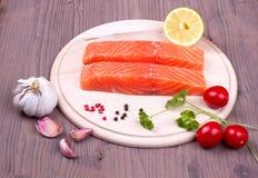 Salmone con le spezie ed i pomodori Fotografie Stock Libere da Diritti