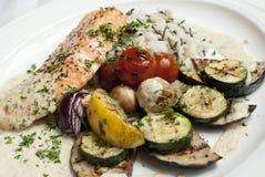 Salmone con le verdure Immagini Stock