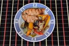 Salmone con le verdure arrostite Immagini Stock