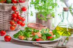 Salmone con le verdure e la lattuga Fotografia Stock