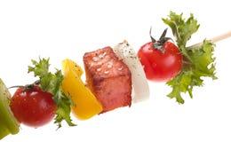 Salmone con le verdure su uno spiedo Fotografie Stock Libere da Diritti