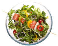 Salmone con le verdure su uno spiedo Immagini Stock